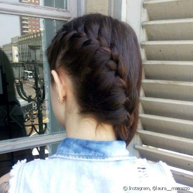 A trança lateral atravessa a parte de trás da sua cabeça, deixando o look com um ar bem romântico