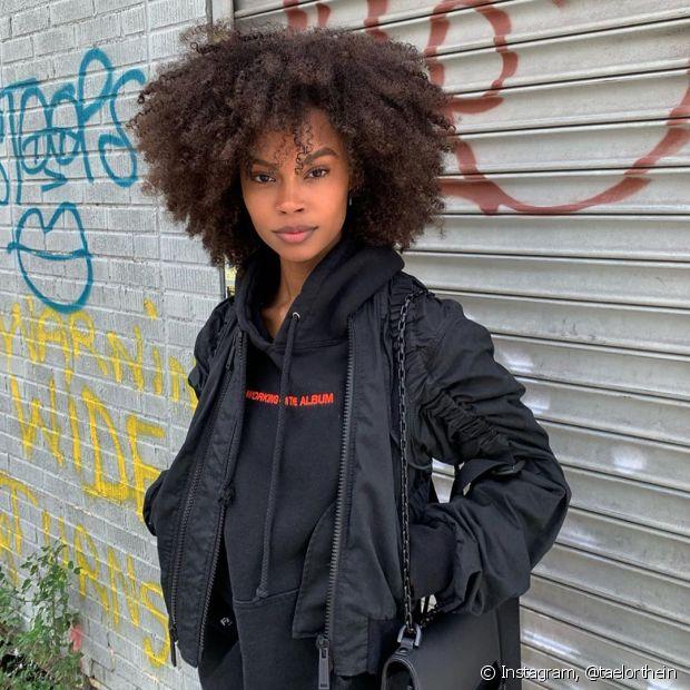 O cabelo castanho médio combina com todas estações já é sempre tendência (Foto: Instagram, @taelorthein)