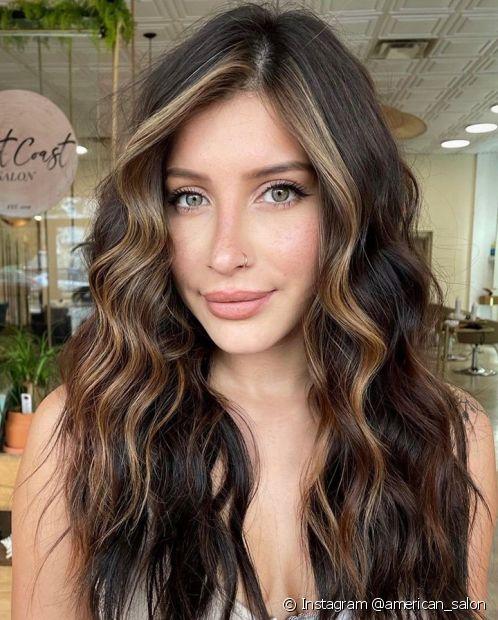 O cabelo castanho é um clássico cheio de charme (Instagram @american_salon)