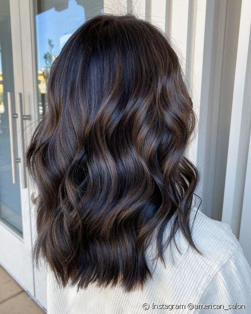 O cabelo castanho escuro garante um visual sóbrio e elegante (Instagram @american_salon)