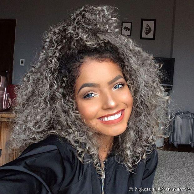 A blogueira Bruna Ramos, mantém os fios descoloridos puxados para um tom acinzentado