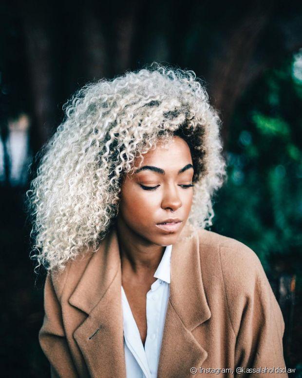 Os cabelos cacheados acabam não conseguindo levar a oleosidade natural produzida na raiz até às pontas por causa do formato dos fios