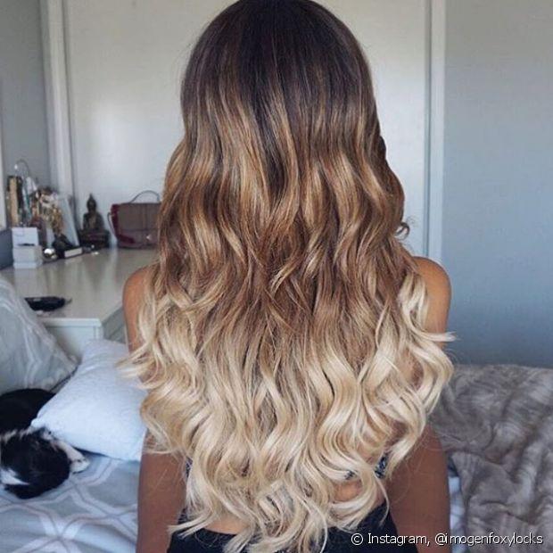 Ainda com os cabelos úmidos, você pode aplicar um pouco de mousse para dar volume, mas só espalhe no comprimento até a altura das bochechas