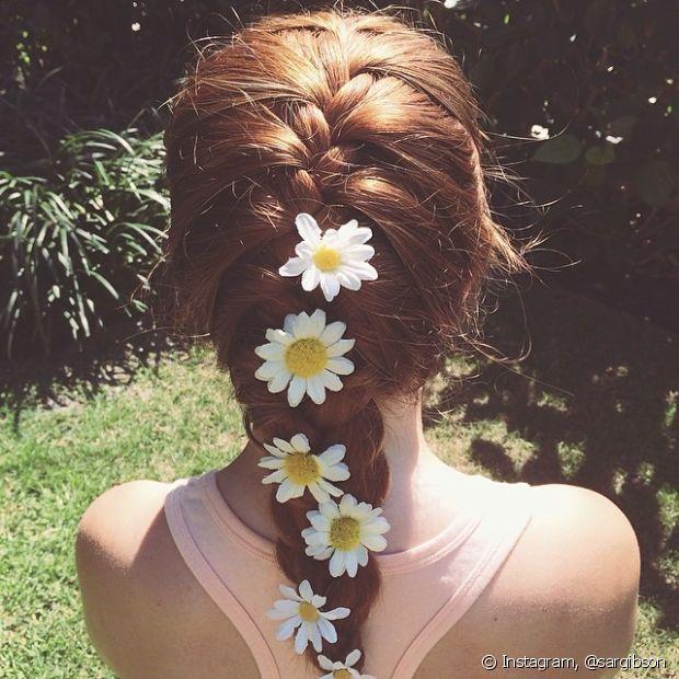 As flores no cabelo incrementam o visual com delicadeza