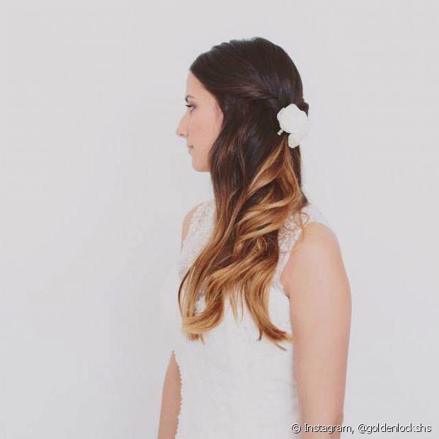 Uma outra ideia para usar os fios soltos é pegar uma mecha única da frente do cabelo, torcê-la entre os dedos e depois prendê-la na lateral da cabeça com uma presilha. Simples e muito bonita!