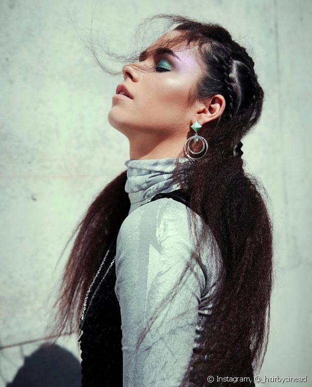 O cabelo frisado que foi uma das sensações entre as celebridades de antigamente, pode ser feito no cabelo todo ou somente deixar algumas mechas