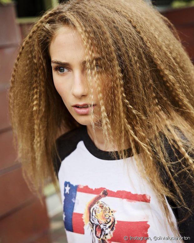 O cabelo frisado é muito estiloso!