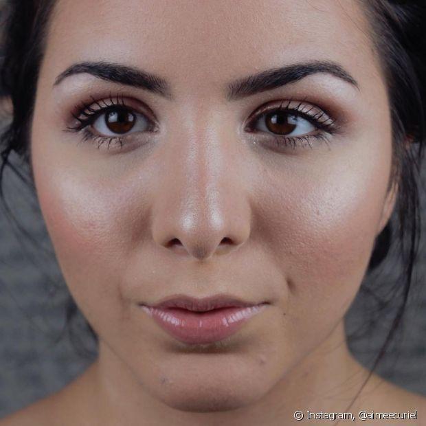 Quanto mais leve sua maquiagem durante o verão melhor, afinal, você tende a transpirar mais fazendo sua make ficar com aparência de derretida