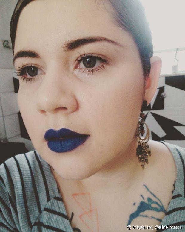 A consultora de estilo e beauty artist Aline Massa (foto) conta que para uma make para a noite, você pode ousar no tom de batom!