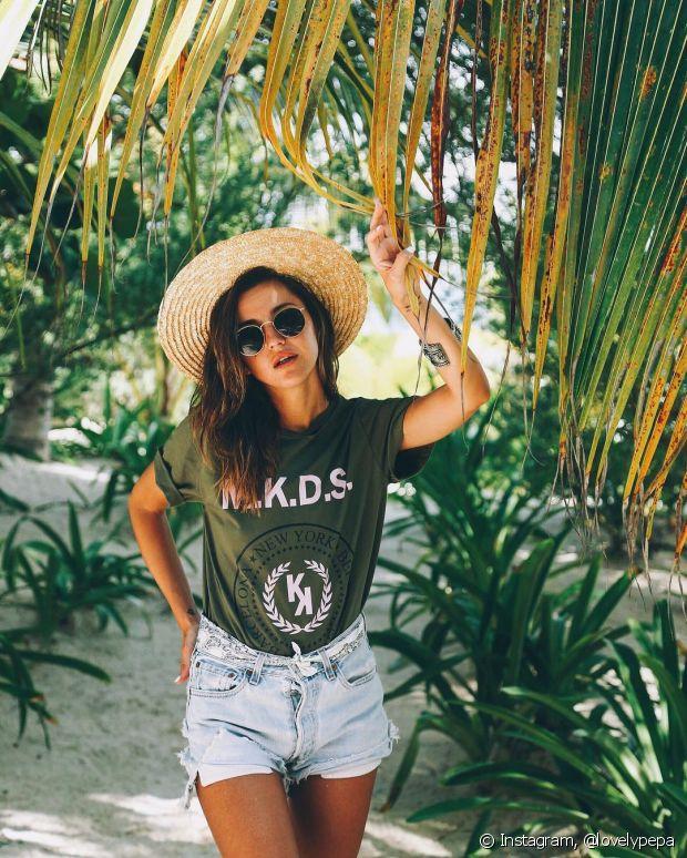 Torne os bonés e chapéus seus melhores amigos durante o verão. Além de aplicar um creme com proteção UV, complete com um acessório