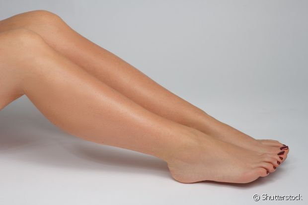 Para combater a irritação após depilar a pele, uma massagem bem suave com o óleo de coco na área que está mais afetada acalma e elimina as bolinhas