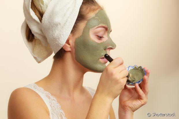 A argila, geralmente usada nesses tratamentos faciais, é muito eficaz para controlar a oleosidade e deixar a pele lisinha e mais jovem