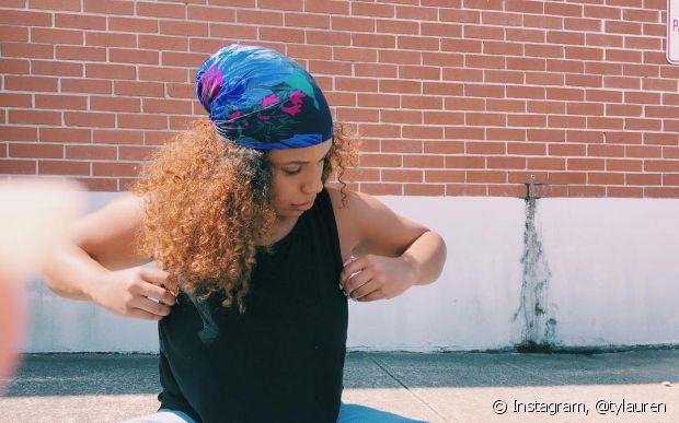 Você também pode amarrar o turbante de outros jeitos, como deixar alguns fios soltos, cobrindo somente o couro cabeludo