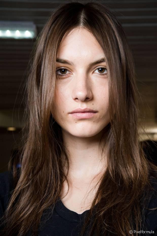 Aplique um leave-in no comprimento dos cabelos antes de usar o secador