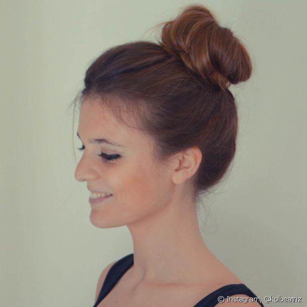 Quanto maior for o seu cabelo, mais bonito ficará seu coque bem polido e preso no topo da cabeça