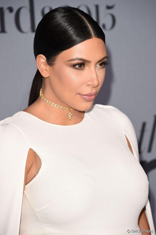 Kim Kardashian exibiu um rabo de cavalo com fios arrumadinhos e divididos ao meio. Muito elegante!