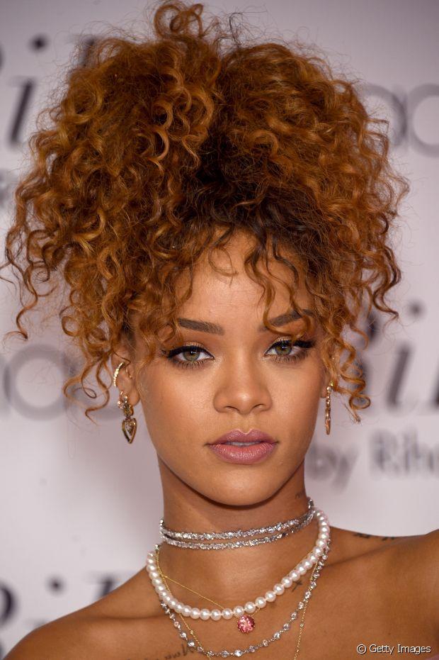 Com as madeixas supercacheadas, Rihanna prendeu os fios no alto e bem volumosos