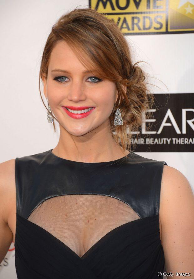 Jennifer Lawrence foi romântica e criou um coque baixo e lateral. A franja entrou em cena para adicionar charme