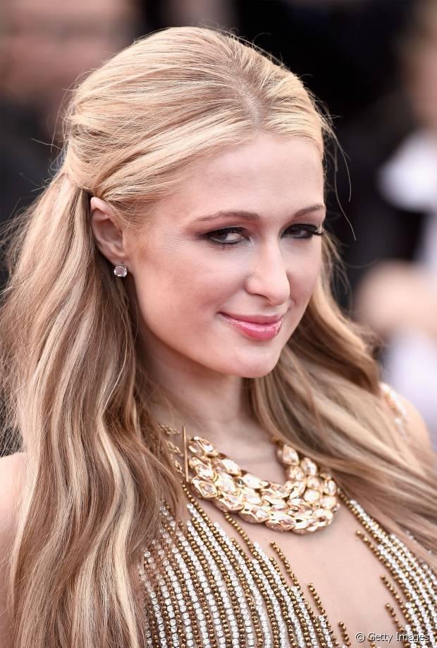 Paris Hilton tem luzes mais claras e marcadas nos cabelos loiros