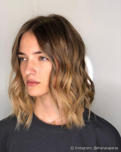 O comprimento médio é uma ótima pedida para quem quer cortar o cabelo na primavera, mas aposte no visual bagunçadinho e texturizado