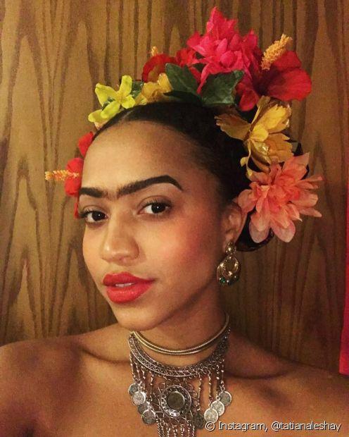 Para se fantasiar de Frida Kahlo, aposte no tradicional coque adornado com flores usado pela pintora