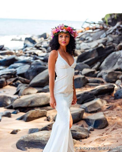 As coroas de flores são acessórios que combinam bastante com as madeixas soltas e o visual praiano