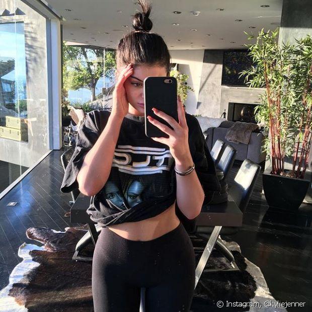 Kylie Jenner prefere garantir os fios bem presos em um coquinho alto