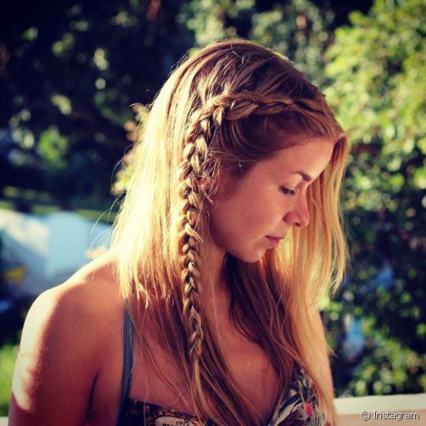 Nesse verão, a tendência que promete fazer a cabeça dessas divas com estilo delicado é usar os cabelos soltos com tranças únicas e finas, que podem ser criadas na franja ou na lateral do cabelo a partir da raiz