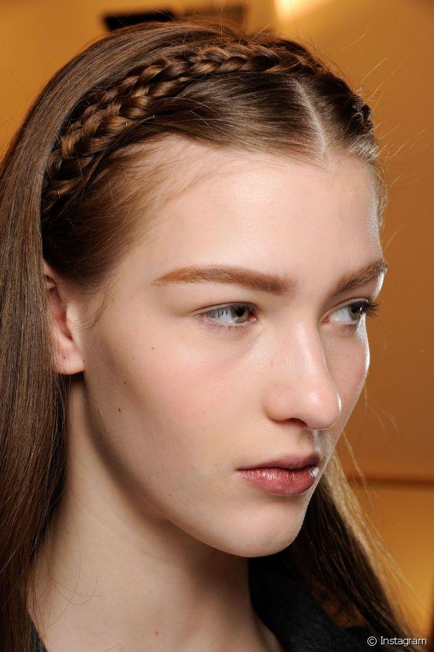 A tiara de trança é uma ótima opção para aquele programinha ao ar livre, e o melhor é que você só vai precisar de grampinhos para fazer esse penteado