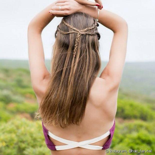 Para a temporada, as românticas podem inovar o penteado semipreso trançando cada mecha individualmente antes de prendê-las atrás da cabeça