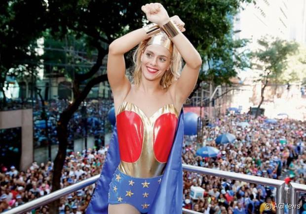 Carolina Dieckmann é madrinha do Bloco da Preta e já usou um fantasia de Mulher Maravilha para a ocasião