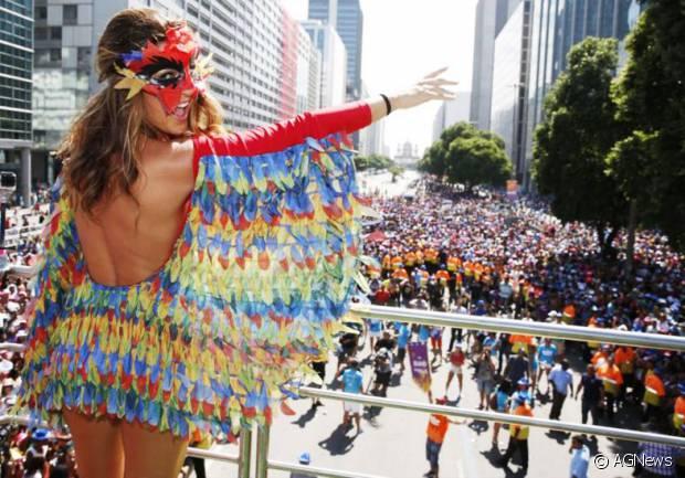 Já no bloco de 2015, Fernanda Paes Leme foi toda colorida vestida de arara