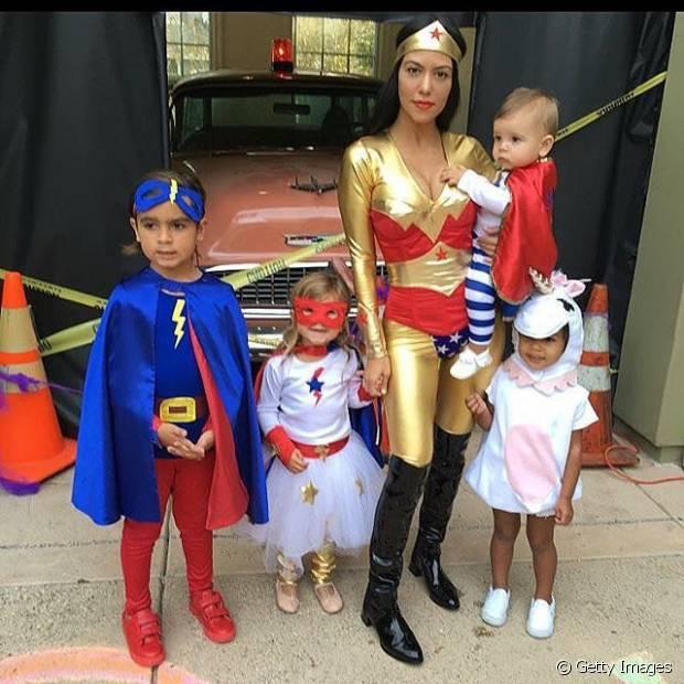 A socialite Kourtney Kardashian e a família vestida de super-heróis