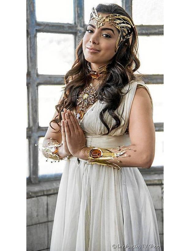 Anitta vestida de Soláris, deusa responsável pelo ritual de abertura dos portais que garantem a descida de Anjos da Guarda à Terra