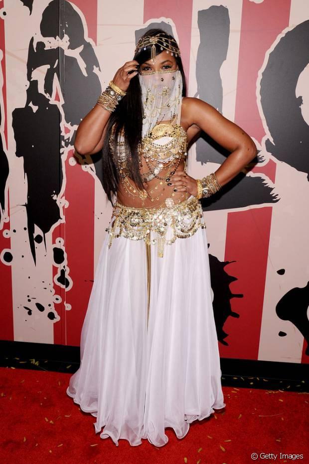 A cantora Ashanti foi de odalisca sensual à festa de Heidi Klum