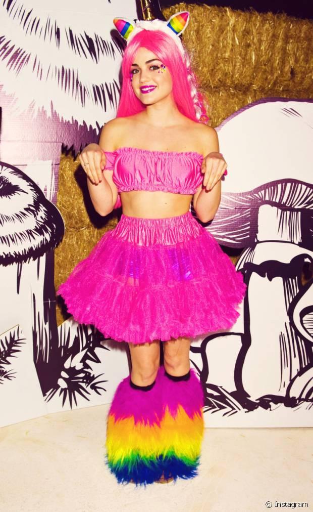 Lucy Hale toda colorida vestida de unicórnio