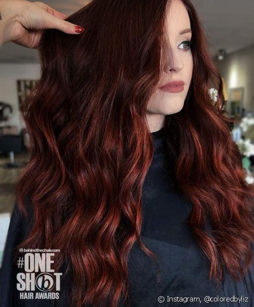 O ombré hair vermelho deixa o visual mais quente e moderno (Foto: Instagram @coloredbyliz)