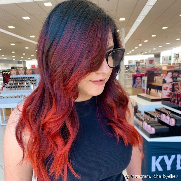 O degradê do ombré hair vermelho pode ir do alto até as pontas (Foto: Instagram @hairbyelliev)