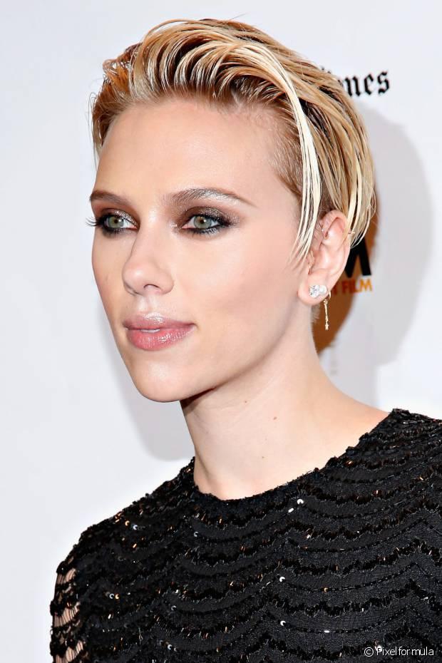 Scarlett Johanson também usou a tendência nos fios curtinhos