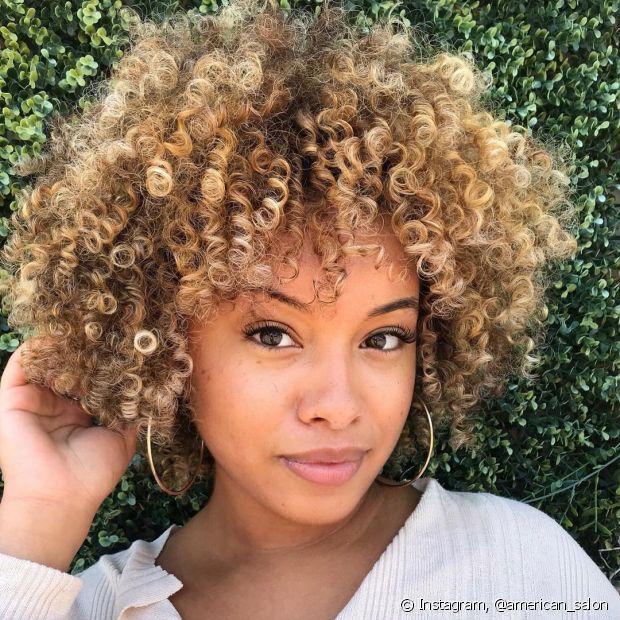 O cabelo loiro acobreado é uma ótima opção para peles negras de subtom quente (Foto: Instagram @american_salon)