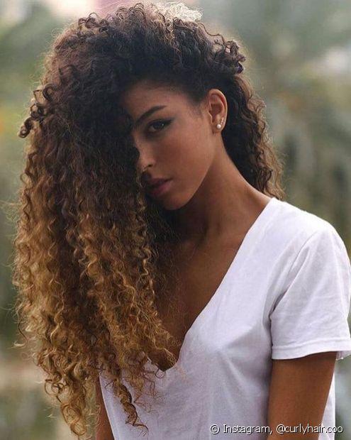 O ombré hair é uma das melhores técnicas de coloração para a combinar o loiro com a pele negra (Foto: Instagram @curlyhair.coo)