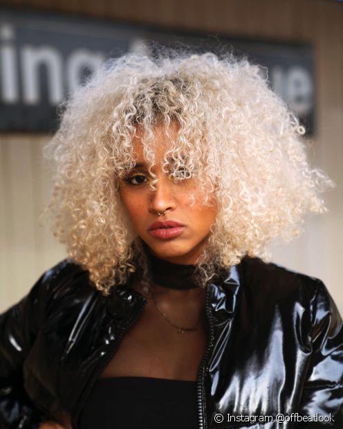 Quem tem a pele negra também pode investir no cabelo platinado branco (Instagram @offbeatlook)