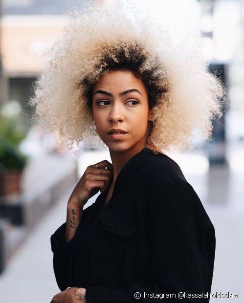 O cabelo loiro platinado fica maravilhoso em qualquer mulher! Confira diferentes tonalidades a seguir (Foto: Instagram @kassalaholdsclaw)
