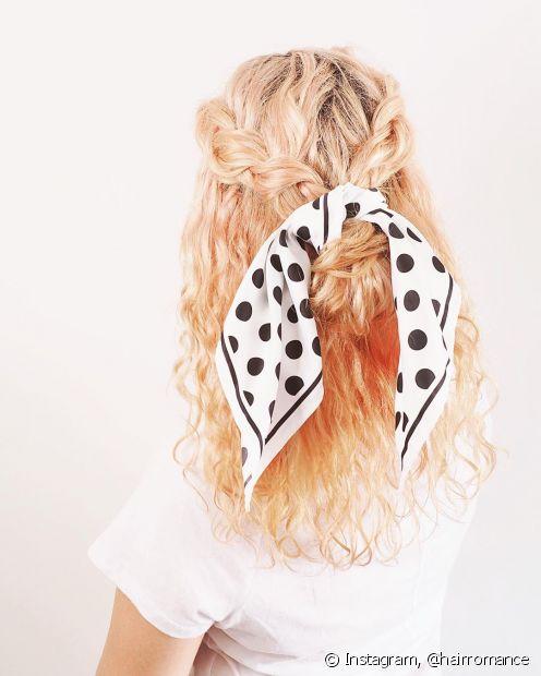 Outra forma de usar o lenço no penteado é dando um laço em volta do rabo de cavalo