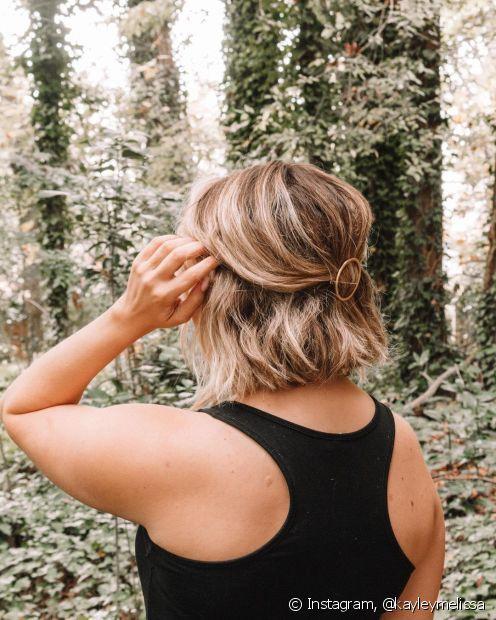 Grampos e acessórios também podem ser usados para prender só uma parte do cabelo para trás e dar leveza ao visual