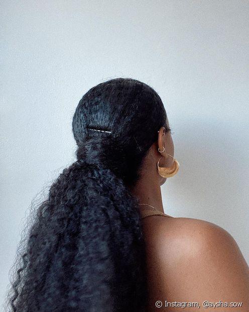 """Faça um rabo de cavalo e """"enrole"""" com o seu próprio cabelo, prendendo a mecha com grampos. É simples e fica lindo!"""
