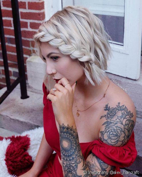 As madrinhas e convidadas que procuram penteados para casamento em cabelos curtos podem apostar nas tranças laterais. (Foto: Instagram @alex_haircraft)