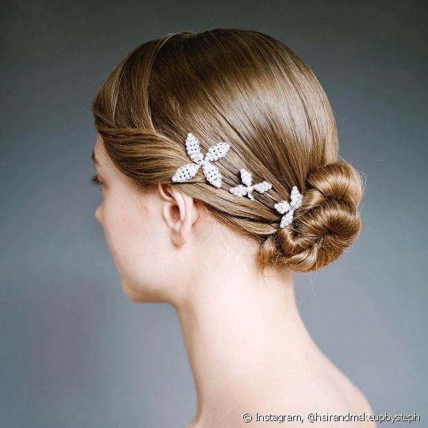 Os coques baixos com acessórios clássicos também são uma opção de penteados para casamento para noivas de cabelo curto. (Foto: Instagram @hairandmakeupbysteph)