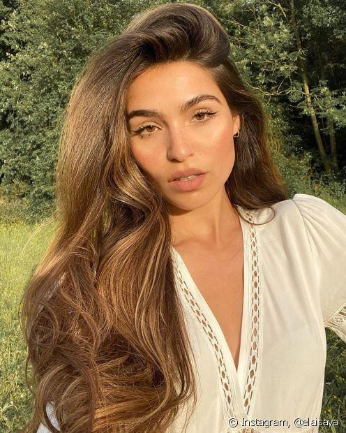 Suplemento capilar e hidratação com vitamina para cabelo estão na lista de aliados que auxiliam no crescimento capilar. (Foto: Instagram @elaisaya)