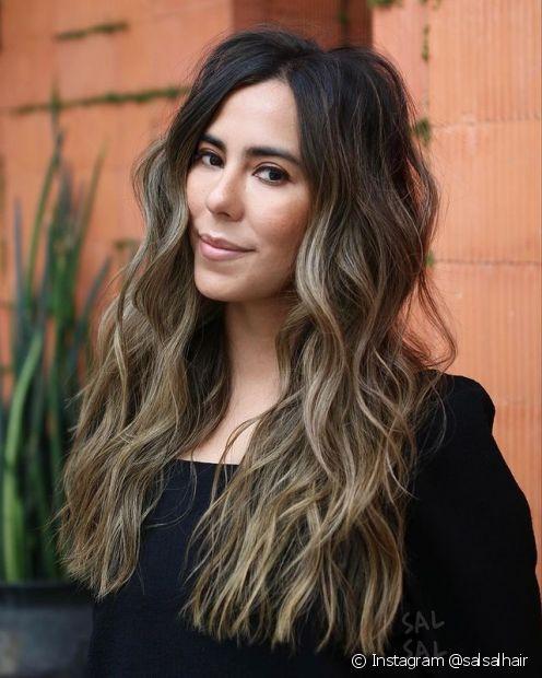 O corte em camadas com as pontas reta é uma opção para as donas de cabelos longos que querem dar movimento aos fios sem perder comprimento (Foto: Instagram @salsalhair)